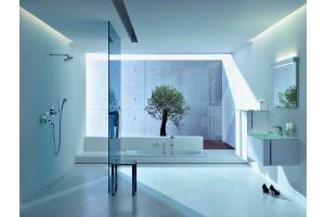 """Das Bild zeigt ein Badezimmer, das mit der """"Elegance""""-Serie von Keuco ausgestattet ist."""