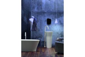 """Das Bild zeigt ein Badezimmer, das mit der """"Handmade""""-Serie von Falper ausgestattet ist."""
