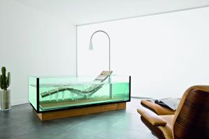 """Das Bild zeigt ein Badezimmer, das mit der """"Water Lounge"""" von Hoesch ausgestattet ist."""