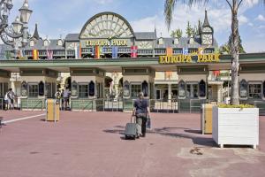 Eine Frau verlässt mit einem Rollkoffer den Europa-Park Rust.