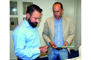 Das Bild zeigt Handwerker Cirkel und ZVSHK-Referent Braun im Gespräch.