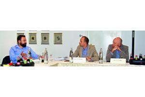 Das Bild zeigt ZVSHK-Referent Andreas Braun und die betroffenen Fachhandwerker Thomas und Uwe Cirkel.