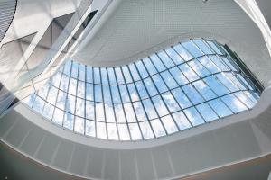 Das automatische Öffnen der großflächigen Dachfenster für die natürliche Raumlüftung, aber auch zur sicheren Entrauchung im Brandfall,...