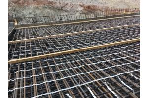 """Die AEG Freiflächenheizmatte """"FFH 300 Twin"""" wird mit Kabelbindern direkt auf der Stahlarmierung fixiert. Die Twin-Technik, also der einseitige Anschluss der Heizmatte, erleichtert die Planung und Installation erheblich."""