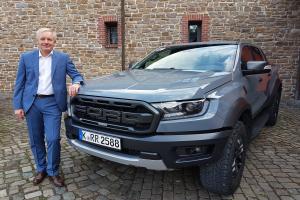 Hans Jörg Klein, Geschäftsführer Marketing und Verkauf der Ford-Werke, präsentiert den neuen Ranger Raptor.