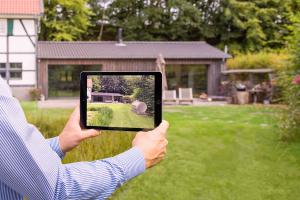 Vorher: Mithilfe der neuen Augmented Reality-App können die Interessenten gemeinsam mit ihrem Primagas-Berater testen, welche Position auf ihrem Grundstück optimal für ihren neuen Flüssiggastank ist. Die Preview auf dem iPad zeigt realistisch, wie der Behälter dann an Ort und Stelle aussieht.