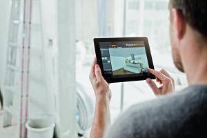 Das Bild zeigt einen Mann, der ein Tablet mit der Palette Cad-App in den Händen hält.