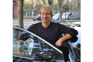 Heinz-Harald Frentzen lehnt an einer Autotür.
