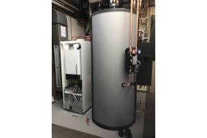 """""""Duo-Hybrid"""" auf dem Prüfstand: Hinter dem System verbirgt sich eine Solewärmepumpe in Verbindung mit einem Gas-Brennwertgerät und einem PVT-Modul. PVT steht für Strom (PV = Photovoltaik) und Wärme (T= Thermie / Solarthermie)."""
