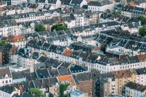 Die Enertech GmbH, CTC Giersch, hat ein neues Hybridkonzept entwickelt, das sich hervorragend für die Modernisierung von Bestandsgebäuden, besonders Mehrfamilienhäusern, eignet. Das System verbindet die Wärmepumpentechnologie auf Basis von PVT-Modulen mit der konventionellen Gas-Brennwerttechnik. Der modulare Aufbau ermöglicht viele Umsetzungsmöglichkeiten.