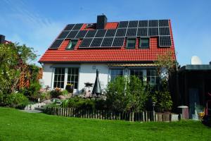 """""""Ein Öl-Photovoltaik-Hybridsystem mit solarstrombetriebener Warmwasser-Wärmepumpe erreicht bei ganzheitlicher Betrachtung Treibhausgaseinsparungen von mehr als 50 Prozent. Durch zusätzliche Effizienzmaßnahmen, zum Beispiel durch Die Kombination von Öl-Brennwerttechnik und Photovoltaik ist eine attraktive Option, um dauerhaft mehr für den Klimaschutz zu tun. Durch einen künftigen Einsatz treibhausgasreduzierter Brennstoffe eröffnet sich für diese Heizsysteme langfristig sogar eine gänzlich klimaneutrale Perspektive"""", so der IWO-Geschäftsführer."""