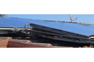 Aufgeständerte Kollektormontage bei der untersuchten Anlage: das geschlossene Aufständerungsprofil (Oberkante Kollektor) behindert die rückseitige Luftzirkulation.