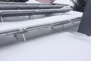 """""""SOLINK""""-Anlage mit Schnee. Die Rückseite mit der Wärmeübertragungsfläche zur Luft ist frei."""