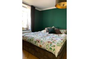Ein Schlafzimmer mit einem Bett.