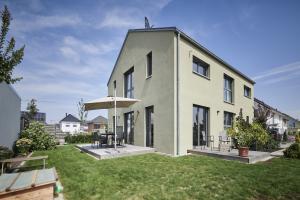 233 m² Gebäudenutzfläche mit einem Heizwärmebedarf von 18 kWh/m²a, einer spezifischen Heizlast von lediglich 13 W/m² und einer Kühllast von 6 W/m² – das sind die wesentlichen (energetischen) Kennwerte des Neubaus von Familie Schrenk in Wörth am Rhein.