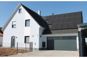 """Es gibt sie nicht mehr, """"die richtige Heizung"""" für alle Gebäude. in Zukunft entscheiden die Rahmenbedingungen des Gebäudes und die Ansprüche des Nutzers, welche Technologie die meisten Vorteile für das einzelne Projekt bringt. So werden auch elektrische Heizsysteme wieder eine stärkere Rolle spielen, wie im hier vorgestellten Neubau mit 140 m² Wohnfläche. Anstelle einer klassischen Heizungsanlage mit Warmwasser-Fußbodenheizung wurde hier die Heizfolie """"E-nergy Carbon"""" in allen Räumen an  der Decke eingesetzt. Ergänzt wurde  die Anlagentechnik durch eine PV-Anlage und eine zentrale Lüftungsanlage mit Wärmerückgewinnung, für die Brauchwarmwasserbereitung wurden elektrische Durchlauferhitzer verbaut."""