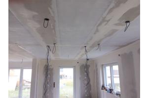 """Im konkreten Bauvorhaben wurde die Variante """"Carbon Fleece"""" eingesetzt. Diese eignet sich durch ihre flächige Perforation und eine Vlieskaschierung zur Haftungsoptimierung besonders für die Deckenverlegung. Die Spachtelmasse, in die die Folie während der Verlegung eingelegt wird, kann durch die Perforation drücken und so eine sichere Verbindung zum Untergrund herstellen."""
