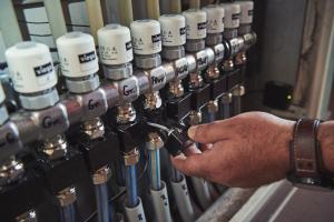 """In Zeiten des Facharbeitermangels und gut gefüllter Auftragsbücher zählen für das Fachhandwerk Details –  wie die steckerfertige Vorkonfektionierung des Regelungssystems """"Fonterra Smart Control"""". Dadurch werden gleichzeitig Montagefehler vermieden."""