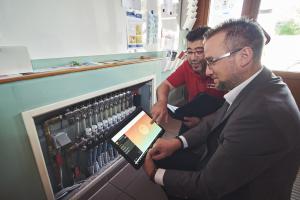 """Das System """"Fonterra Smart Control"""" kann in der Kita  in Neuwied über das WLAN-Modul komfortabel am Tablet programmiert werden, demonstrieren hier Techniker Manuel Benitez (li.) und Viega-Verkaufsberater Markus Droisdorf."""