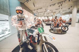 """Der Höhepunkt der Ausstellung ist die """"Heroes-Area"""". Besucher begegnen hier den mutigsten und erfolgreichsten KTM-Fahrern aller Zeiten, während man in die Welt von KTM durch eine spektakuläre 120 m lange 360°-Videoinstallation eintaucht."""