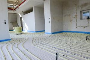 """Die Wärmeübergabe erfolgt im gesamten Gebäude über eine Niedertemperatur-Fußbodenheizung """"Zewo Tacker"""", die auf einem 5-Schicht-PE-Xc-Heizrohr basiert."""