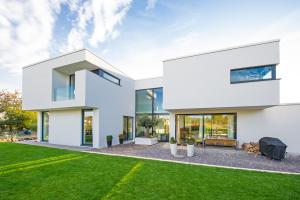 Die Stadtvilla auf der Rheinhöhe in Oberwinter nahe Bonn ist ein Luxusobjekt und hat sowohl architektonisch als auch haustechnisch einiges zu bieten.