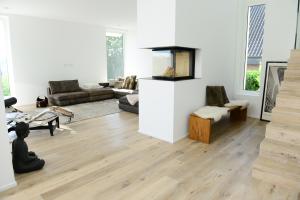 Lichtdurchflutete Innenräume, viel Komfort und eine exquisite Ausstattung gehen in dem großzügigen Wohnhaus einher mit energiesparender Heiz- und Lüftungstechnik.