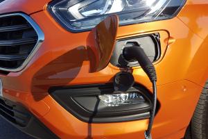 Zum Laden der Batterie verfügt der Transit Custom PhEV über eine Anschlussmöglichkeit im vorderen Stoßfänger.