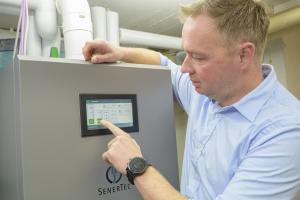 """Mike Fröhlich ist der erste Besitzer eines """"Dachs 0.8"""" mit Brennstoffzelle. """"Wir werden nun erst einmal ein bis zwei Jahre Erfahrungen sammeln. Eventuell werden wir unsere Haustechnik dann noch um eine Photovoltaik-Anlage auf dem Dach ergänzen, um auch im Sommer bei unserer Stromversorgung so unabhängig wie möglich zu sein"""", betont er."""