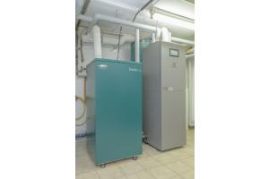 """Das Brennstoffzellenheizgerät """"Dachs 0.8"""" liefert im KWK-Prinzip 1,1 kWth und 750 Wel. Die PEM-Brennstoffzelle wird durch ein Gas-Brennwert-Zusatzheizgerät (rechts im Bild) sowie einen Pufferspeicher (300 l) ergänzt."""