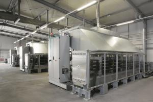 """Die Technologie der PEM-Elektrolyse zur Gewinnung von Grünem Wasserstoff, die eine relativ geringe Stellfläche benötigt, ist ideal geeignet, um volatil erzeugten Wind- und Sonnenstrom aufzunehmen. Die hochdynamische Betriebsweise  der Anlagen erlaubt es, auf die Anforderungen durch das schnell schwankende Stromnetz zu reagieren. Im Bild: der Energiepark in Mainz mit drei """"Silyzer 200""""-Systemen."""