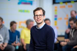 """Inzwischen entwickeln wir als Unternehmen viel mehr als Heiztechnik: Smarte Regler, Software, Apps und digitale Anwendungen gehören ebenso zu unserem Angebot für Fachpartner und Endkunden wie hocheffiziente Heizgeräte. Der Trend zur »digitalen Heizung« bietet viele neue Chancen – das haben die meisten erkannt. Im Dialog mit unseren Partnern erleben wir ein hohes Interesse, Neugier und eine große Diskussionsbereitschaft"""", so Philipp Fudickar."""