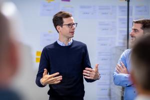 """""""Wir sehen zwei große Richtungen für datenbasierte Geschäftsmodelle: Erstens geht es um Energiemanagement, also die Optimierung des Verbrauchs. Dabei arbeiten wir an Cloud-basierten Lösungen, die unseren Kunden ermöglichen, das gewünschte Komfortlevel noch effizienter zu erreichen. Zweitens sehen wir großen Mehrwert im Bereich Service. Hier ist das Ziel, Ausfälle so schnell wie möglich zu erkennen und zu beheben oder – besser noch – zu antizipieren, damit ein Ausfall erst gar nicht auftritt"""", betont Philipp Fudickar."""