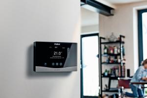 """Der Systemregler """"sensoComfort"""" von Vaillant steuert die Warmwasserbereitung und bis zu  neun Heizkreise. Photovoltaik, Solarthermie und eine kontrollierte Wohnraumlüftung lassen sich damit ebenfalls einbinden. Mittels EEBUS-Kommunikation haben die Nutzer außerdem Zugang zu herstellerübergreifenden Energiemanagementsystemen für PV-Strom, welcher dann zum Beispiel optimal für den Betrieb der Wärmepumpe genutzt werden kann."""