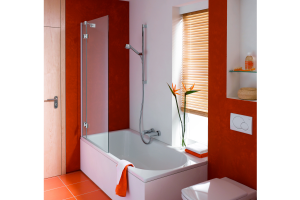 """Das Bild zeigt die Glaswand """"BetteOcean"""" von Bette, die an einer weißen Badewanne der Serie montiert ist. Das Badezimmer selbst ist in Orangetönen gehalten."""