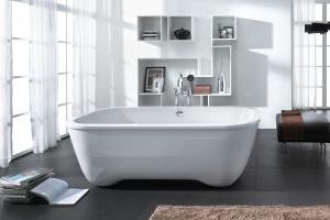 """Das Bild zeigt die """"Putmann Oval""""-Badewanne von Hoesch, die aus weißem Sanitäracryl gefertigt wurde."""