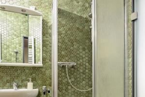 """Vorher und nachher: Die """"PanElle""""-Wand von Duscholux verwandelt ein altes Bad in eine barrierearme Wohlfühloase."""