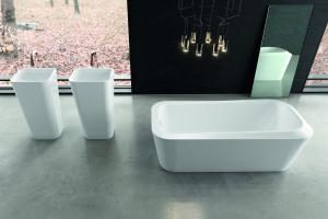 """Das Bild zeigt einen Badezimmerausschnitt, in dessen rechter Bildhälfte sich die freistehende """"Emerso""""-Stahlwanne von Kaldewei befindet."""
