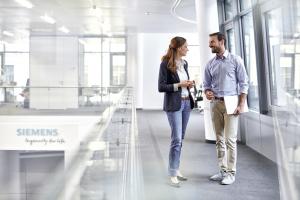 """Durch einen digitalisierten, datengestützten Ansatz für das Büroumfeld lässt sich sicherstellen, dass Arbeitsplätze sowohl für die Mitarbeiter als auch für die Gebäudeleistung, sprich: für den Eigentümer oder Betreiber, optimiert sind.  Hierfür hat Siemens Smart Infrastructure jüngst die """"smart building suite"""" vorgestellt, welche IoT-fähige  Hard- und Softwarelösungen sowie Applikationen und Services umfasst, die zusammen mit dem Gebäudemanagementsystem intelligent auf Benutzereingaben und Umgebungsdaten reagieren."""