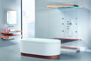 """Das Bild zeigt ein Bad, das mit der """"SensaMare""""-Komplettbad-Serie von Hoesch ausgestattet ist. Zu sehen sind links der Waschtisch und die passenden Möbel der Serie, die rechte Bildhälfte zeigt die Badewanne und die Dusche."""
