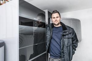 Als Spezialist für Wärmepumpen ist Marvin Krohmer täglich bei Endkunden. Normalerweise schauen ihm die Hauseigentümer interessiert über die Schulter – aufgrund der geltenden Abstandsregelungen ist dies nicht mehr möglich.