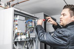Bei der Inbetriebnahme einer Wärmepumpenanlage sind Monteure der Heizungsfachfirmen gerne vor Ort, auch um vom Buderus-Spezialisten zu lernen. Im Moment tauscht man sich jedoch telefonisch aus.