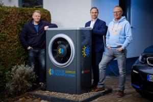 Erfolgreiches Trio: Stefan Stolze (li.), Marco Kieling (re.) und Bosch-Vertriebsexperte Manuel Stroinski mit der (individuell gestalteten)  Außeneinheit der Luft/Wasser-Wärmepumpe.