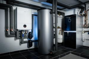 """Die Bosch-Wärmepumpe """"Compress 7000i AW"""" (Inneneinheit, im Bild links) ist über einen Pufferspeicher mit dem Gas-Brennwertgerät """"Condens 9000i WM"""" (re.) verbunden."""