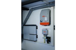 Elektro- trifft auf Heizungstechnik: Der Wechselrichter (re.) sorgt dafür, dass der Solarstrom aus dem Batteriespeicher (li.) vom Energiemanager verteilt werden kann.