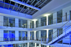 Innenansicht eines modernen Bürogebäudes