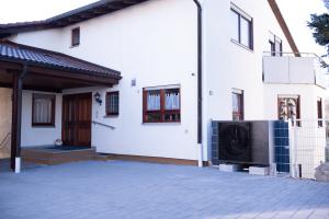 """Ölheizung raus, Luft/Wasser-Wärmepumpe rein: Das 1988 erbaute Haus von Ehepaar Maurer wird seit Januar 2020 mit einer """"Daikin-Altherma 3 H HT"""" (16 kW) beheizt. Im Bild: das Außengerät, das in der Auffahrt des Hauses steht."""