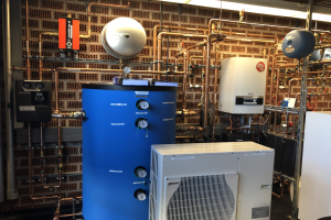 """Installation eines """"Elysator Trio""""-Gerätes, welches in kleineren und mittleren Heizungsanlagen für zuverlässigen Korrosionsschutz sorgt."""