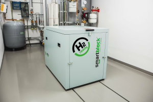 Die smartblock-Reihe von KW Energie (das Spektrum der BHKW reicht von 7,5 kW bis 75 kW elektrischer Leistung) ist ab sofort H2-ready. Wie das Unternehmen betont, kommen die BHKW mit der Beimischung von Wasserstoff zu Erdgas im Betrieb ohne Probleme zurecht.