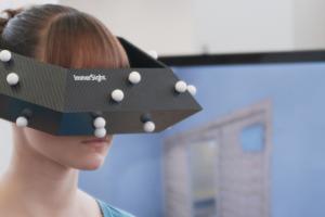 """ImmerSight intergriert die Zeiss-3D-Multimediabrille """"cinemizer OLED"""" in eine speziell konstruierte Leichtbaukonstruktion aus Carbon, die ein real wirkendes Raumgefühl ermöglicht."""